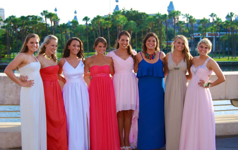 Juniors pose for a picture before prom