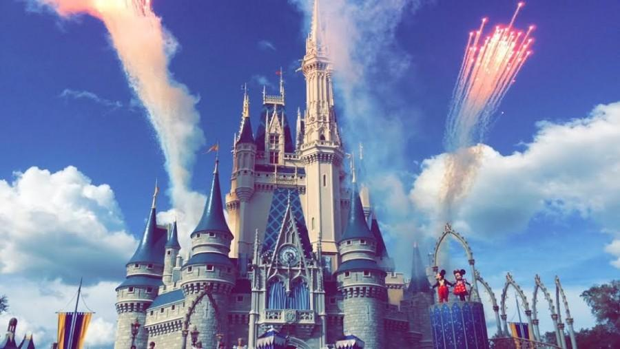 Every+hour%2C+Mickey+and+a+few+other+Disney+characters+sing+a+song+about+dreams%2C+ending+with+a+fireworks+display.
