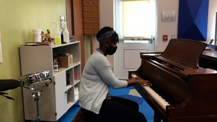 Mizzell demonstrates her piano skills by riffing during her interview.